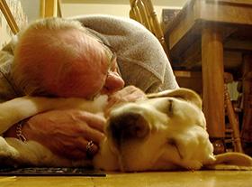Oudere man met zijn hond
