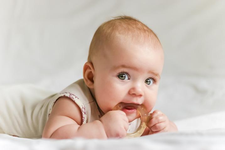 Baby kauwt op bijtring
